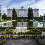 Der Königliche Palast (Palacio Real) in Madrid von den Sabatini-Gärten (Jardines de Sabatini) aus gesehen