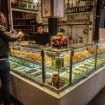 Ein Delikatessen-Shop in der Markthalle San Miguel (Mercado San Miguel) in Madrid