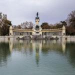 Das Monument für Alfons XII. (Monumento a Alfonso XII de España) vor dem See Estanque del Retiro im Retiro-Park (Parque del Retiro)