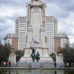 Das Denkmal des spanischen Nationaldichters Miguel de Cervantes auf dem Plaza de España in Madrid, dahinter das Hochhaus Edificio España