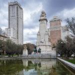 Der Plaza de España in Madrid mit den Hochhäusern Torre de Madrid und Edificio España sowie dem Denkmal des spanischen Nationaldichters Miguel de Cervantes