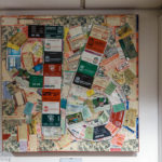 Im Inneren des Stadions Anfield ist die Zahl 96 (Anzahl der Opfer der Katastrophe von Hillsborough) aus alten Eintrittskarten auf einer Tafel gebildet worden
