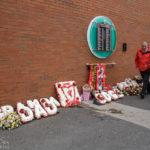 Die temporäre Gedenktafel anlässlich der Katastrophe von Hillsborough vor dem Stadion Anfield des FC Liverpool