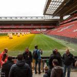 """Teilnehmer einer Führung auf der Tribüne """"The Kop"""" im Stadion Anfield des FC Liverpool"""