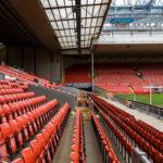 """Sitzreihen auf der Tribüne """"The Kop"""" im Stadion Anfield des FC Liverpool"""