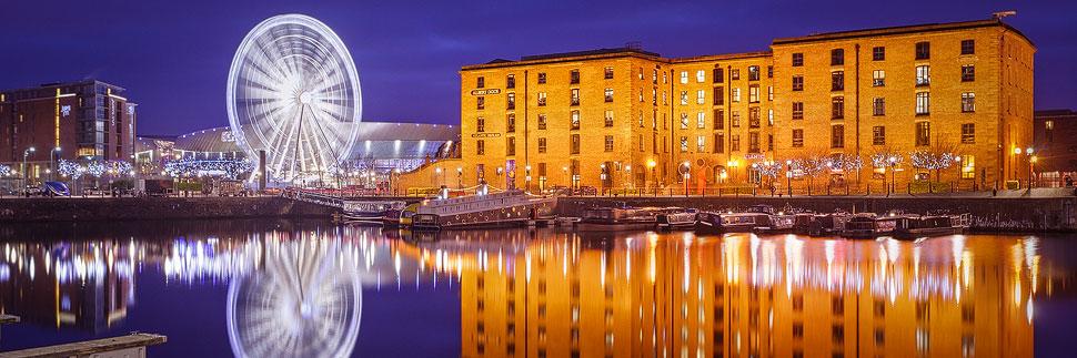 Das beleuchtete Albert Dock und Wheel of Liverpool