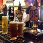 Selbstbedienung an der Bar des Pubs The Beehive in der Innenstadt von Liverpool