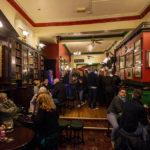 Innenansicht des Pubs The Beehive in der Innenstadt von Liverpool