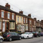 Klassische rote Backsteinhäuser in der Anfield Road