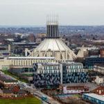 Blick auf die Liverpool Metropolitan Cathedral vom Fernsehturm St. John's Beacon aus gesehen