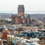 Blick auf die Liverpool Cathedral vom Fernsehturm St. John's Beacon aus gesehen
