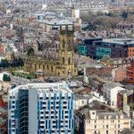 Blick auf die St. Luke's Church in Liverpool vom Fernsehturm St. John's Beacon aus gesehen