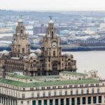 Blick auf das Royal Liver Building in Liverpool vom Fernsehturm St. John's Beacon aus gesehen