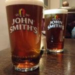 Einstimmen auf das Match Everton - Arsenal im People's Pub im Winslow Hotel mit einem Pint John Smith's