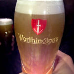 Einstimmen auf das Match Everton - Arsenal im People's Pub im Winslow Hotel mit einem Pint Worthington's