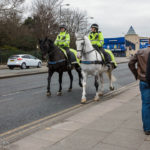 Berittene Polizei vor dem Stadion Goodison Park des FC Everton
