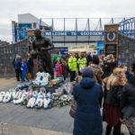 Blumen vor der Dixie-Dean-Statue (Vereinslegende) vor dem Stadion Goodison Park des FC Everton