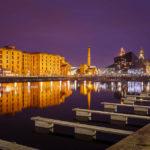 Alte Gebäude spiegeln sich im historischen Hafenviertel Albert Dock im Wasser