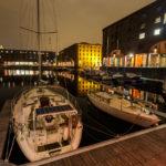 Schiffe liegen auf der Innenseite des Albert Dock vor Anker