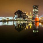 Spiegelung des Museum of Liverpool (links) und der Open Eye Gallery (Mitte)