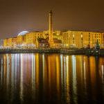 Gebäude des historischen Hafenviertels Albert Dock spiegeln sich im Wasser