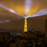 Blick auf den beleuchteten Eiffelturm vom Balkon meiner Airbnb-Unterkunft in Paris