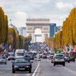 Die Avenue des Champs-Élysées und der Arc de Triomphe de l'Étoile (Triumphbogen)