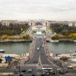 Blick von der Aussichtsterrasse des Eiffelturms auf die Jardins du Trocadéro vor dem Palais de Chaillot