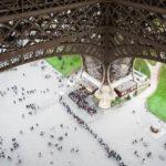 Blick von der Aussichtsterrasse des Eiffelturms auf die langen Warteschlangen