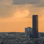 Blick auf den Tour Montparnasse von der Aussichtsterrasse am Fuße der Basilika Sacré-Cœur in Künstlerviertel Montmartre