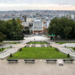 Blick von der Aussichtsterrasse am Fuße der Basilika Sacré-Cœur in Künstlerviertel Montmartre
