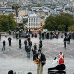 Straßenmusiker am Fuße der Basilika Sacré-Cœur im Künstlerviertel Montmartre