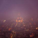 Blick von der Aussichtsterrasse des Tour Montparnasse in Richtung des im Nebel eingehüllten Eiffelturm