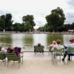 Im Jardin des Tuileries hinter dem Place de la Concorde kann man sich auf halbwegs bequemen Sitzen entspannen