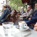 Leute beobachten und Espresso trinken in einem der zahlreichen Pariser Cafés