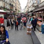 Buntes Treiben auf der Pariser Rue Montorgueil