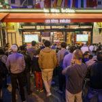 Fußball vom Gehsteig aus schauen und dabei Bier trinken geht im Lokal Les têtes brûlées