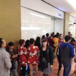 Eine Schlange von japanischen Touristen vor dem Geschäft von Chanel in den Galeries Lafayette Haussmann