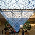 Innenansicht der Glaspyramide im Louvre