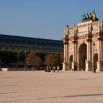 Der Arc de Triomphe du Carrousel vor dem Louvre