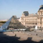 Blick aus dem Inneren des Louvre auf den Vorplatz mit der Glaspyramide
