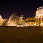 Der beleuchtete Vorplatz mit der Glaspyramide des Louvre