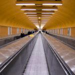 Lange Gänge und Verbindungswege innerhalb der Pariser Métro-Stationen
