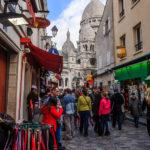 Viele spannende Läden im Künstlerviertel Montmartre neben der Basilika Sacré-Cœur