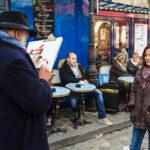 Ein Maler vor dem Place du Tertre im Künstlerviertel Montmartre