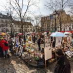 Der Place du Tertre im Künstlerviertel Montmartre, wo Dutzende Maler ihre Werke präsentieren