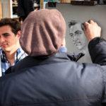 Ein Maler auf dem Place du Tertre im Künstlerviertel Montmartre