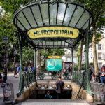 Überdachter Treppenabgang im Art-Nouveau-Stil bei der Métro-Station Abbesses