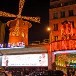 Der beleuchtete Eingang des Moulin Rouge