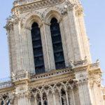Detailansicht der Kathedrale Notre-Dame de Paris mit dem sichtbaren Aussichtsbalkon
